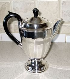 Elegant Coffee Pot in English Silver Plate, approximately 1900-1940, marked E.P.N.S. A1 255