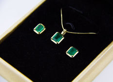 Set : yellow gold pendant necklace and earrings with 3.10 ct total transparent emeralds and diamond 0.015 ct