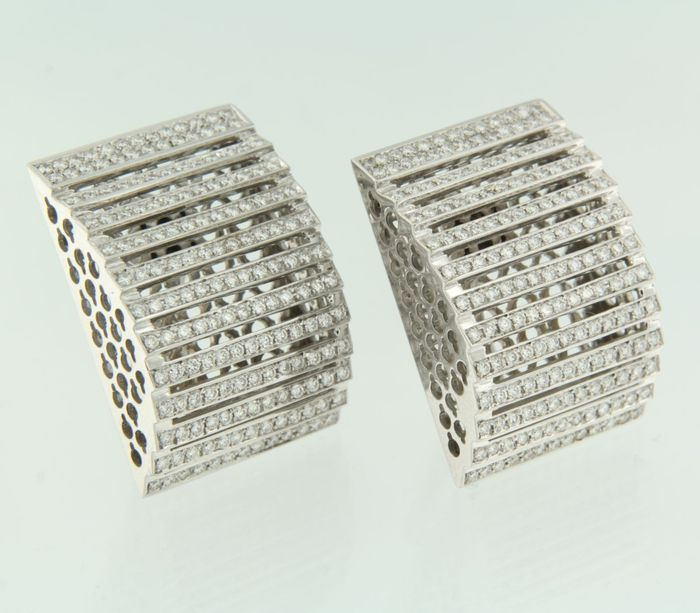 18 kt white gold earrings, set with 338 brilliant-cut diamonds of approx. 6.70 ct in total, Top Wesselton, VS