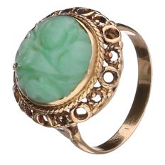Yellow gold ring set with a carved jade