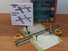 Märklin H0 - 7292M - Automatic crossing with half bars and 4 Andreas crosses with warning lights for M-track