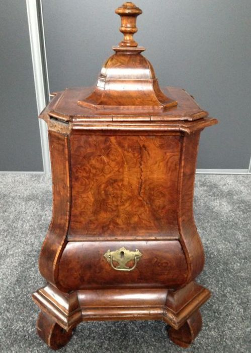 A rare Louis XV burr walnut and walnut kettle warmer - Netherlands - circa 1750/1760