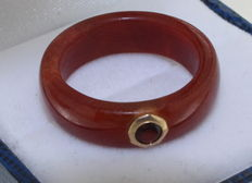 Orange agate ring inlaid with garnet in 14 kt yellow gold, ring size: 18