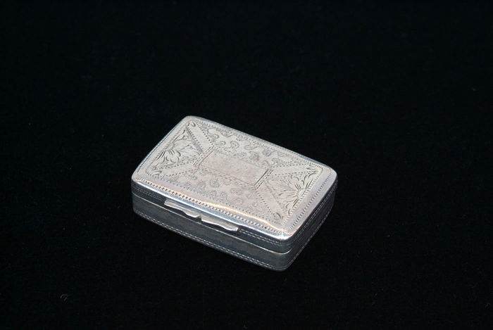 Small vinaigrette / perfume box made of silver, Thomas Newbold, Birmingham, 1827