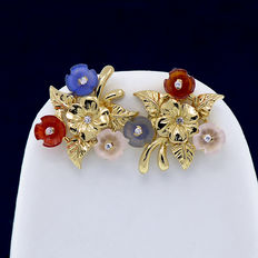 18 kt yellow gold earrings with sapphires, rose quartz and carnelian in flower cut