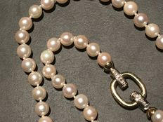 Necklace made of natural Japanese salt water pearls, measuring 7-7.5 mm, with clasp and 0.20 ct diamonds.