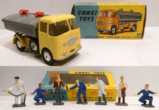 Corgi Toys - Schaal 1/43 - Kavel met Neville Cement Tipper Body On E.R.F. Chassis No.460 en 7 Scale Figures No.1505