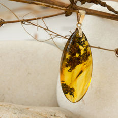 Lovely 9 kt gold and Baltic amber pendant with insect and flora inclusions