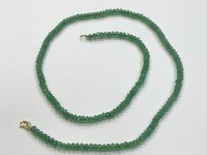 18 kt gold necklace composed of emerald beads.
