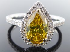 Diamond ring with a pear-shaped intense fancy colour cut diamond of 1.40 ct in total