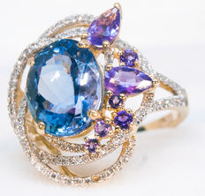 Exclusive golden ring with diamonds, amethysts and certified of IGI natural Tanzanite  3,55 ct. Size 16. Total 4,37 g.