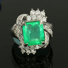 Exclusive emerald brilliant cut diamond ring of 5.447 ct in total, of which an emerald of 4.54 ct – 900 platinum with certificate