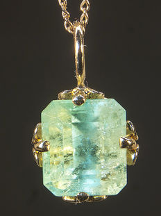 Golden two-way pendant with high quality natural Emerald 3,56 ct certified GIA. Total 1,67 g