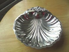 Wonderful English Baroque, silver plated Wallace dish, shell shaped, 1950s