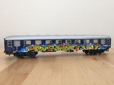 Marklin H0 - 4032 - Graffiti exclusive by PNSHR - Fast Train Passenger carriage of the DB customized by graffiti artist (2)