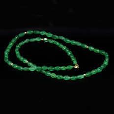 Emeralds necklace with 750/18 kt yellow gold clasp and details