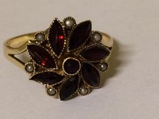Gold entourage ring set with rose cut Bohemian garnets and tiny seed pearls - 1920