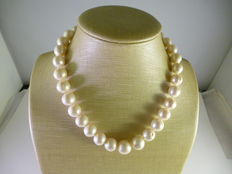 Necklace of cultured freshwater pearls of decreasing size – 18 kt gold clasp