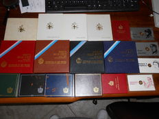 Vatican City and San Marino- Lot of divisional series and commemorative 500 Lira coins from 1975 to 1989 (lot of 18 pieces including silver ones)