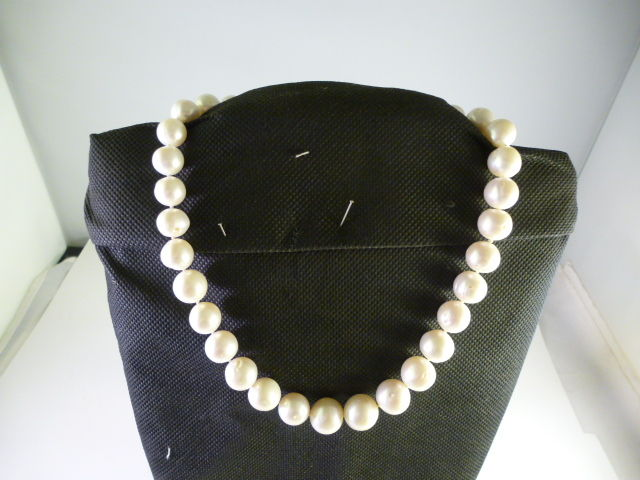 Necklace with freshwater pearls of decreasing size – 18 kt gold