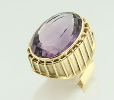 Yellow gold ring, 18 kt with amethyst, ring size 18 (56)