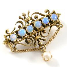 Estate 14 kt Yellow Gold Brooch set with Opals and Fresh Water Pearl - 27 x 25 mm