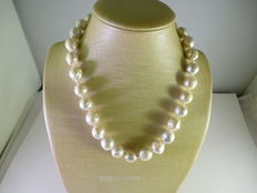 Necklace with cultured baroque pearls – 18 kt gold