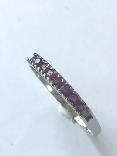 14 kt white gold ring set with ruby.