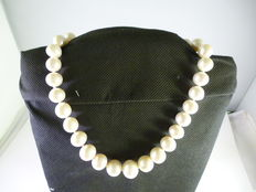 Necklace with large pearls arranged by size (12-17 mm) in 18 kt gold – 45 cm