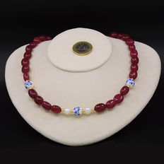 Necklace composed of rubies and cultured pearls, with 18 kt yellow gold clasp and trimmings.