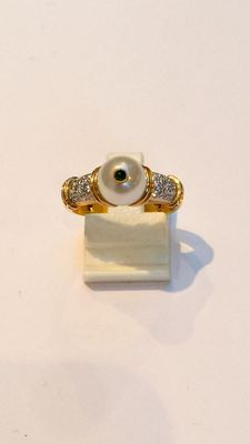 18 kt Gold ring with pearl, emerald and 0.20 brilliant cut diamonds – Ring size 17.25 mm (54)