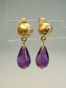 Gold earrings with amethyst droplets, in total approx. 6.2 ct.