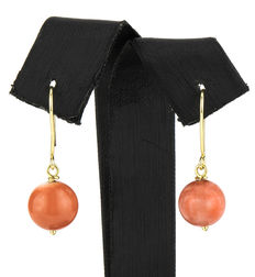 Yellow gold earrings with round-shaped natural Pacific coral stones.