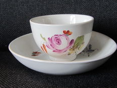 Doorniki/the Hague, Cup and saucer with a polychrome flower decoration.