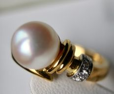 High quality ring 585, yellow gold with a see/salty genuine Japanese AAA+ Akoya pearl, approx. 8.5 mm and diamonds H/VS. Excellent condition.