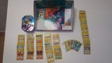 Pokémon Trading Card Lot Containing a Display Box, 1 Tin with +/- 200 cards from the first few sets and +/- 80 dutch cards