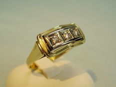 A gold ring with diamonds of 0.25 ct in total.