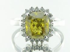 Diamond ring with fancy olive green cushion diamond, total  2.55 ct