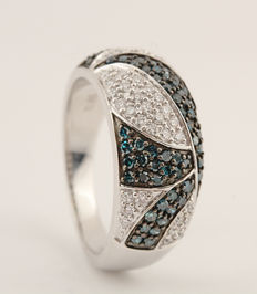14 kt ring met blue and white diamonds, 0,90 ct, 7,00 g / maat 58, blue, G-H/VS2-SI2.