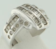 White gold 18 kt, fantasy ring, set with  taper shape and brilliant cut diamonds, *no reserve price*.