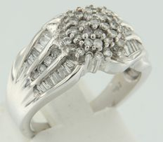 18 kt white gold ring set with taper-shape and brilliant cut diamonds