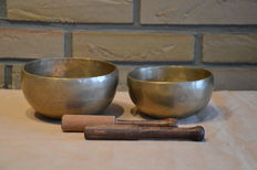Twee Ohm singing bowls - Nepal - Late 20th/21st century
