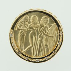 18k yellow gold ear clips with image of Egyptian female musicians, diameter of earring 2.4 cm