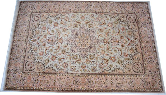 "Old handmade silk and wool Persian Isfahan rug size 160 x 110cm (5'2""x4'6"")"