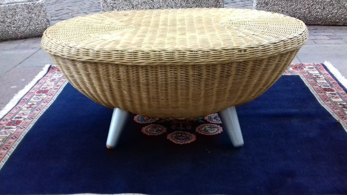 Beautiful handmade Round Wicker Rattan Coffee table, Italy, 1990