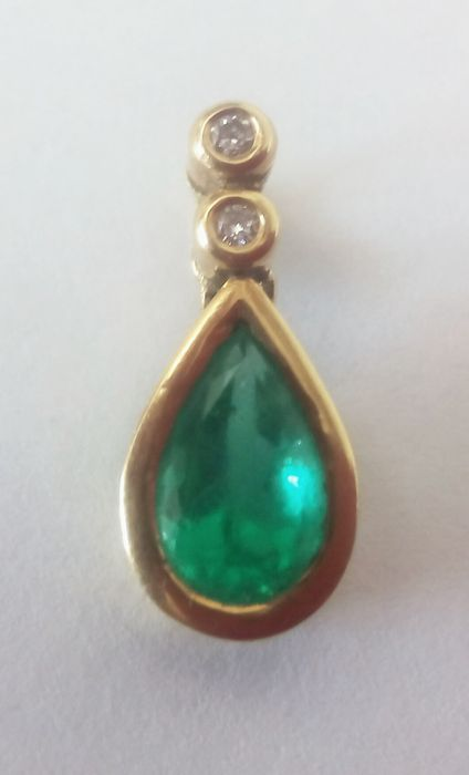 18 kt gold pendant with an emerald