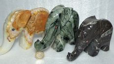 Hand-carved and polished Elephant figurines - Fossil Wood, Onyx and green Agate - 14 a 18cm - 2,873kg  (3)
