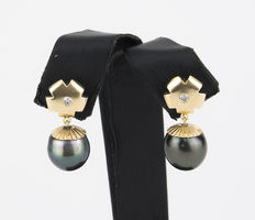 Earrings with flower-shaped settings made of yellow gold with brilliant-cut diamonds and Tahitian pearls.