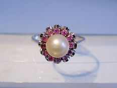 White gold ring with Akoya pearl and ruby entourage approx. 0.42ct.