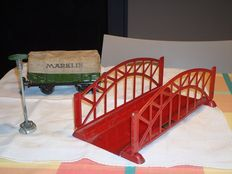 Märklin, Germany - Spoor 0 - Lot with arched bridge and open wagon with tarp No.17610 and lamp, 1930s